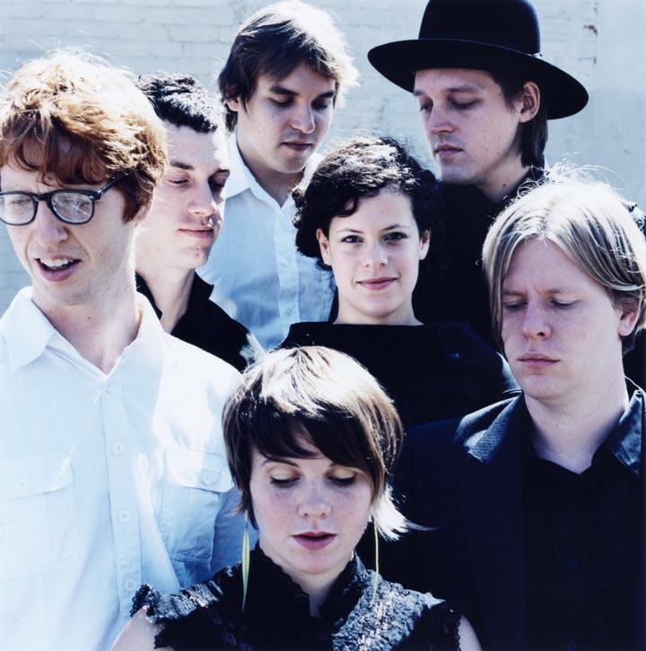A banda Arcade Fire foi a primeira a se apresentar na premiação e contou com a participação da atriz e dançarina Greta Gerwig.